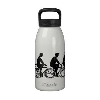 Viejo paseo de los ciclistas de las bicicletas de botella de agua
