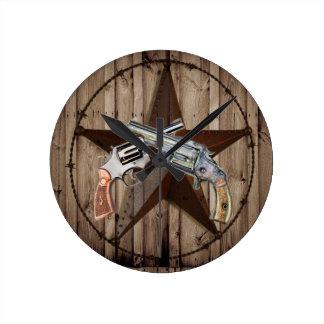 "viejo poste dual occidental rústico del arma "" reloj redondo mediano"