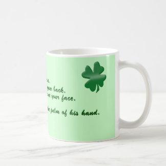 Viejo rezo irlandés taza básica blanca