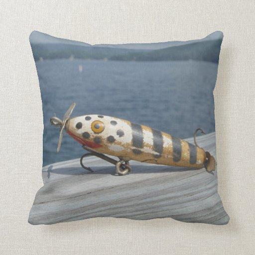 Viejo señuelo de la pesca en la punta de flecha de almohadas