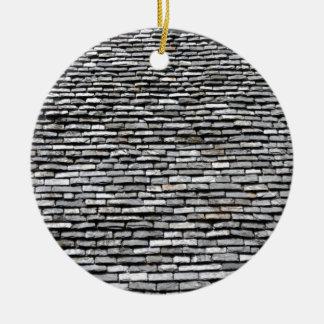 Viejo top del tejado con la chimenea ornamente de reyes