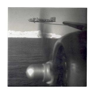 Viejos aviones del apoyo sobre el océano azulejo cuadrado pequeño