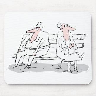 Viejos pares en banco tapete de ratón
