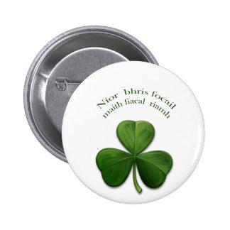 Viejos refranes irlandeses en productos del diseño pin redondo de 2 pulgadas