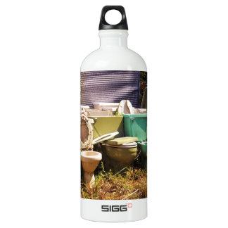 Viejos retretes sucios en una fila botella de agua