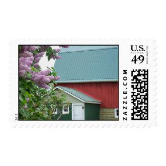 Viejos tejado del verde del granero y sellos rojos