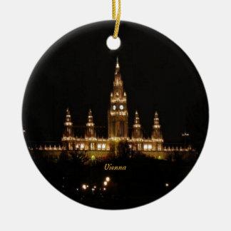 Viena en la noche adorno navideño redondo de cerámica
