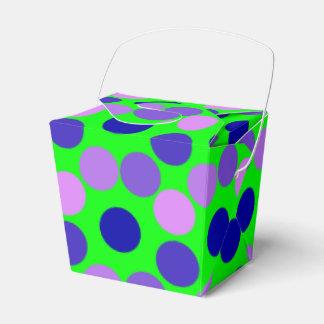 Viendo puntos verdes púrpuras sacan la caja del caja para regalo de boda