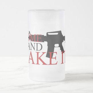 Viene tomarle la taza de cerveza