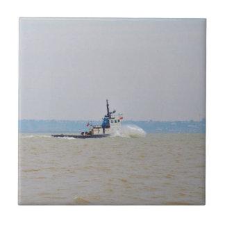 Viento de lucha y marea del barco del tirón azulejo cuadrado pequeño