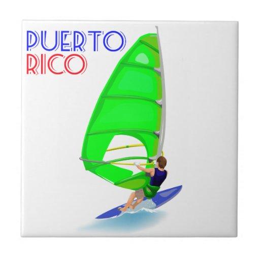 Viento que practica surf la teja de Puerto Rico