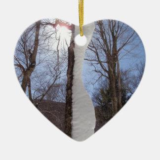 Viento y árbol esculpido nieve adorno navideño de cerámica en forma de corazón