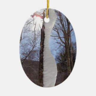 Viento y árbol esculpido nieve adorno navideño ovalado de cerámica