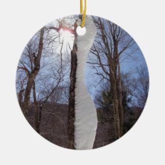 Viento y árbol esculpido nieve adorno navideño redondo de cerámica