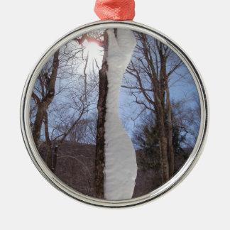 Viento y árbol esculpido nieve adorno navideño redondo de metal