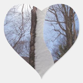 Viento y árbol esculpido nieve pegatina en forma de corazón
