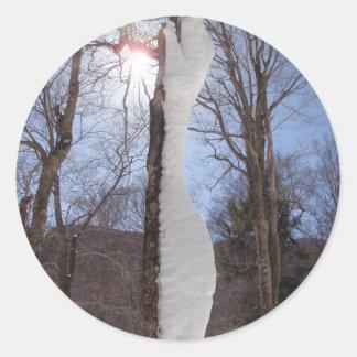 Viento y árbol esculpido nieve pegatina redonda