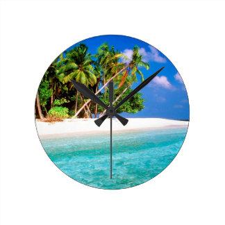 Vientos comerciales de la isla tropical maldivos reloj redondo mediano