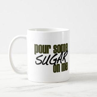 Vierta un poco de azúcar en mí taza básica blanca