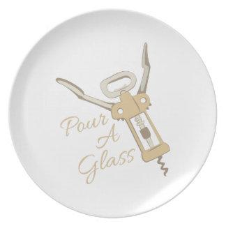 Vierta un vidrio plato de cena