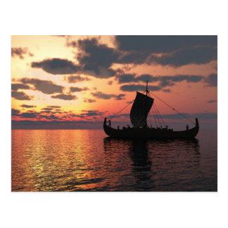 Viking Longship en la puesta del sol Postal