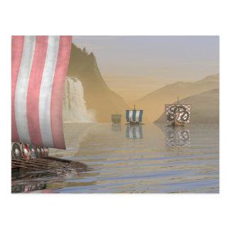 Viking Longships en un fiordo noruego Postal