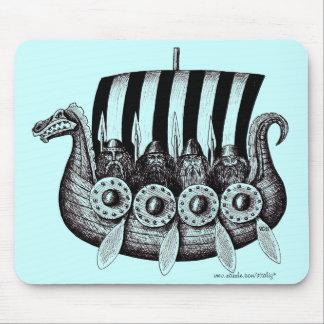Vikingos en el dibujo blanco y negro de la tinta d alfombrillas de raton