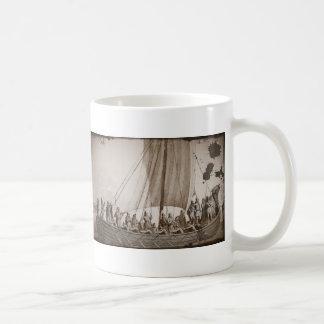 Vikingos en una lancha taza básica blanca
