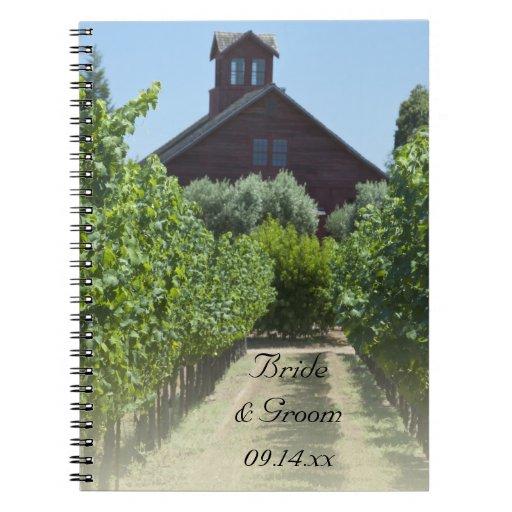 Viñedo y granero rojo que casan el cuaderno espira