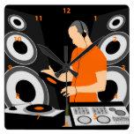 Vinilo de giro de DJ en las cubiertas Reloj