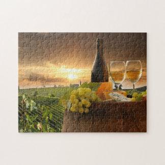 Vino blanco con el barril en viñedo en Chianti Puzzle Con Fotos
