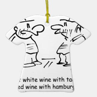 Vino blanco con el vino rojo del tacos con las adorno de cerámica en forma de camiseta
