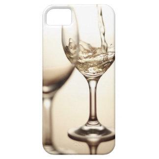 Vino blanco que es vertido en el vidrio iPhone 5 funda