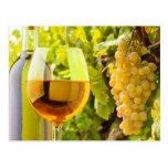 Vino blanco y uvas postales