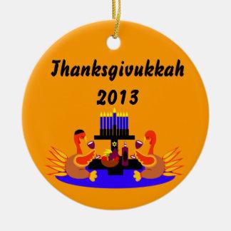 Vino de Thanksgivukkah que tuesta el ornamento de Adorno Navideño Redondo De Cerámica