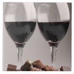 vino rojo con los chocolates azulejo cuadrado grande