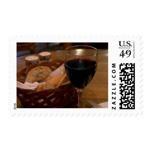 Vino rojo en un restaurante italiano sellos postales