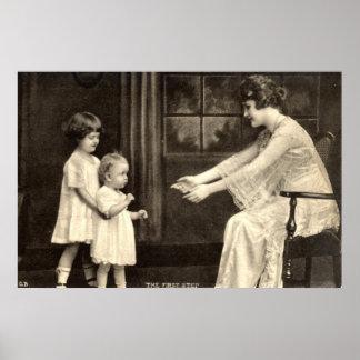 Vintage 1918 de los primeros pasos del bebé póster