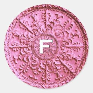 Vintage barroco del monograma del rosa en colores pegatina redonda
