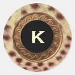 Vintage del oro y monograma del guepardo que casa pegatina redonda