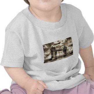 Vintage del puente de la torre camisetas