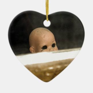 Vintage Dollhead sucio que mira fuera de ventana Adorno Navideño De Cerámica En Forma De Corazón