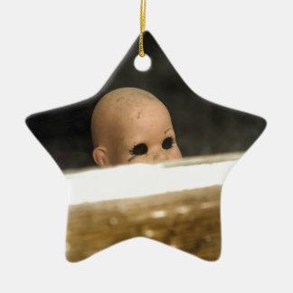 Vintage Dollhead sucio que mira fuera de ventana Adorno Navideño De Cerámica En Forma De Estrella