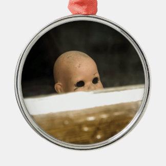 Vintage Dollhead sucio que mira fuera de ventana Adorno Navideño Redondo De Metal