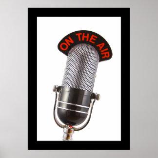 Vintage en el micrófono del aire posters