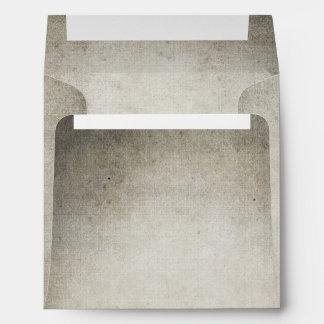 Vintage gris del hombre rústico que mira el boda sobres