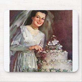 Vintage la novia hermosa y su pastel de bodas tapete de ratón