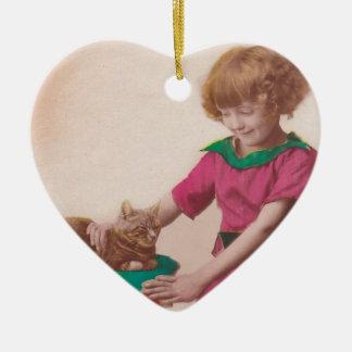 vintage libre imprimible - foto del chica y del adorno de cerámica en forma de corazón