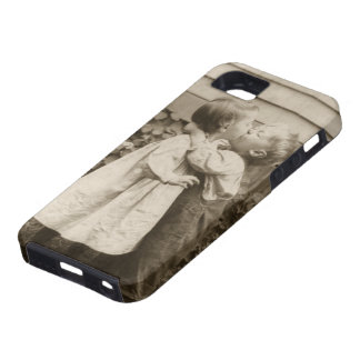Vintage Love Photo of Children Kissing in a Garden iPhone SE/5/5s Case