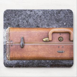 Vintage, maleta llevada en el borde de la tapetes de ratones